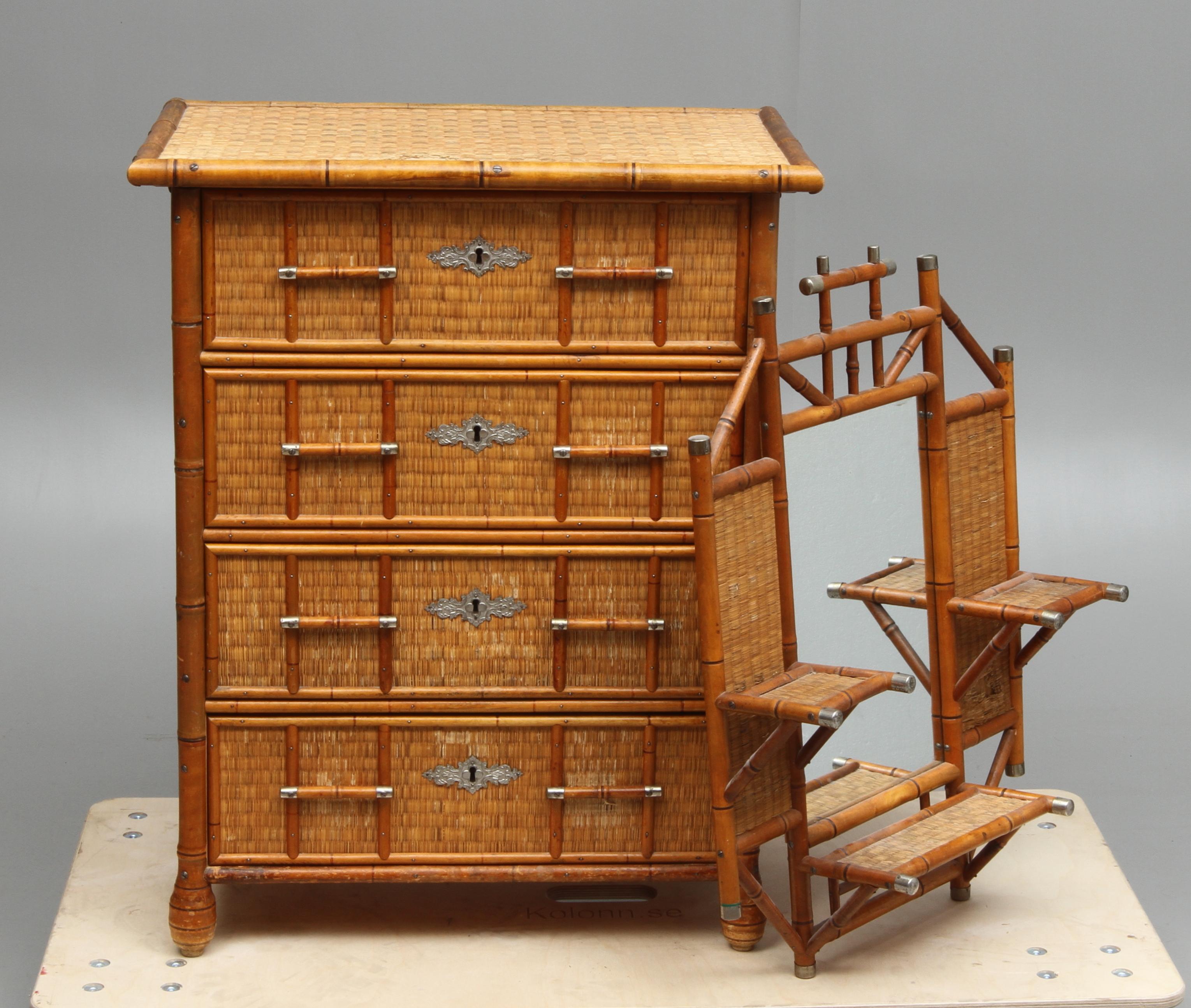 byr och spegel i kolonialstil p kolonn flydda tider. Black Bedroom Furniture Sets. Home Design Ideas
